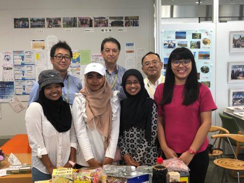 城西国際大学 留学生に協会会員商品等プレゼントで表敬訪問
